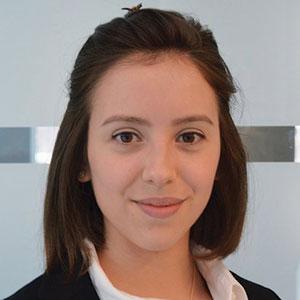 Luiza Araujo Headshot